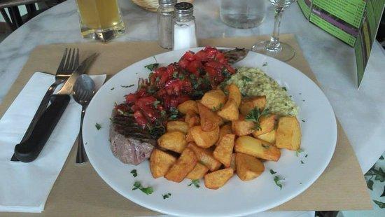 K Fée des Jeux: Faux filet grillé, rougail de fraises, tomates et basilic, pommes frites maison et purée de broc