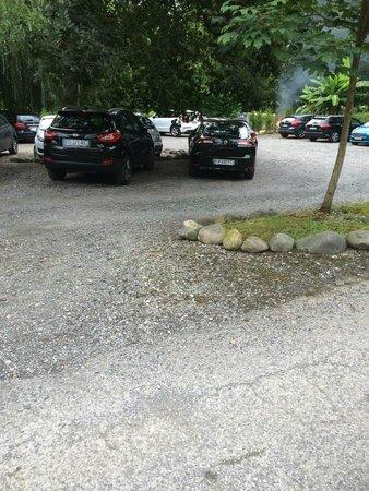 Les Collines Iduki : Poubelles brulées au pied de la riviere