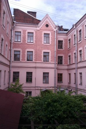 Alexander House: Вид из холла на крышу веранды
