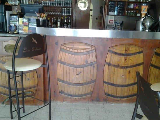 LOU GABIAN : Une vue du bar ...
