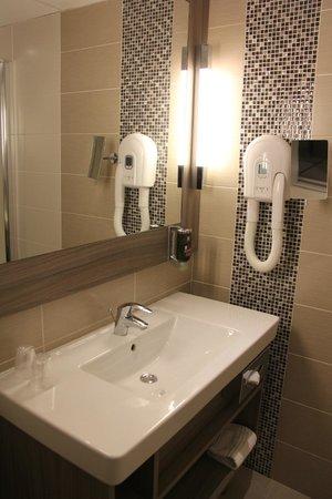 Ibis Styles Melun : Beau meuble évier!