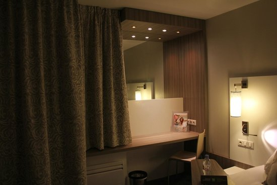Ibis Styles Melun : Bureau spacieux mais trace de main et poussières sur le miroir...