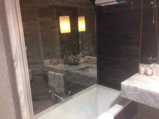 Real Marina Hotel & Spa: Huge cool bathroom.