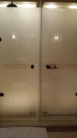 Qasr Al Sarab Desert Resort by Anantara: Shower and Toilet area