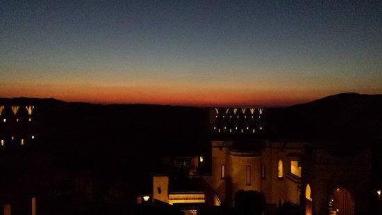 Qasr Al Sarab Desert Resort by Anantara: Sunset and lights