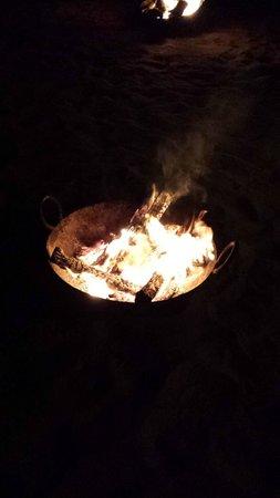 Qasr Al Sarab Desert Resort by Anantara: Fire at the dinner area