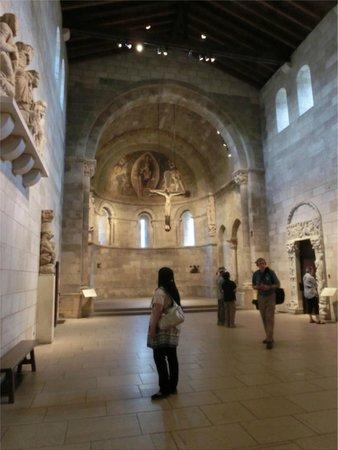 The Met Cloisters: 正面にはキリスト像が浮いて(吊されて)ます。