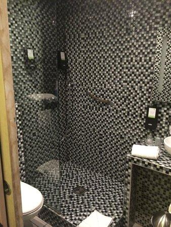 Hotel des Arts Bastille : salle de bains grise noire blanche