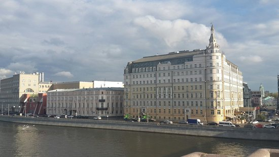Hotel Baltschug Kempinski Moscow: Excellent location nice rooms but not many options for food