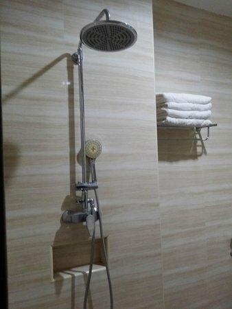 Hallmark Regency Hotel: Bathroom