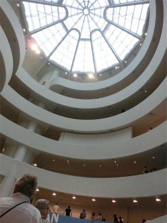 Solomon R. Guggenheim Museum: 1階から螺旋を見上げたら...