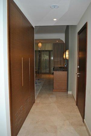 Doubletree by Hilton Ras Al Khaimah: Коридор в номере