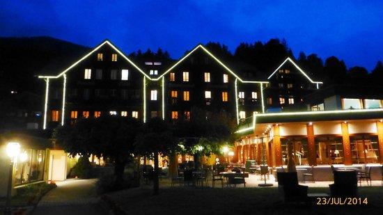 Romantik Hotel Schweizerhof: Hotel at night