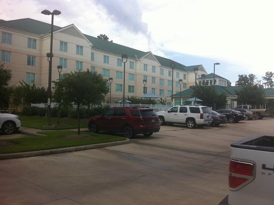 Hilton Garden Inn Houston/The Woodlands: View of Hotel from car park.