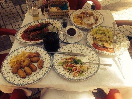 Restaurante Apolo: Croquetas, salada mixta, pimientos rellenos, sangria, muy bueno!!!!