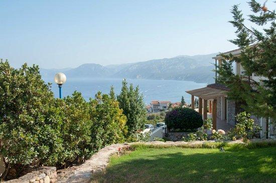 Hotel Villa Gustui Maris: Vue sur l'hôtel et le golfe