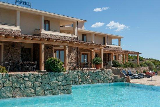 Hotel Villa Gustui Maris: La piscine et le restaurant
