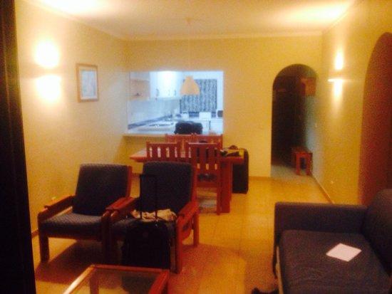 Cerro Malpique Aparthotel: Living room, dining and kitchen