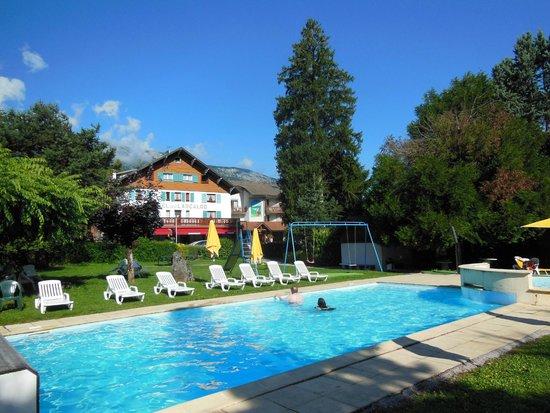 Hotel Arcalod : Vue sur la pisine, le jardin et l'hôtel