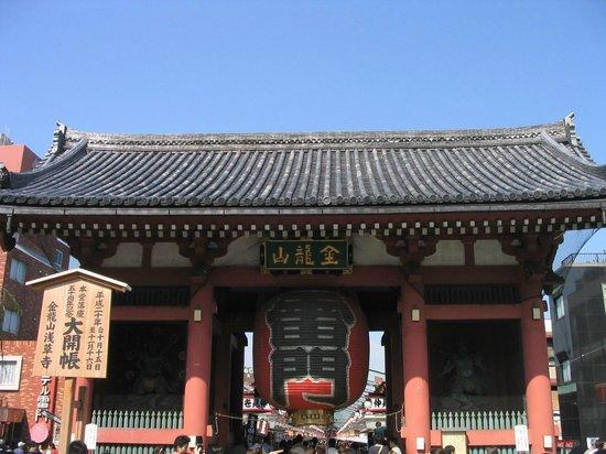 "Nakamise Shopping Street (Kaminarimon): Каминари-мон (""Врата Грома"")"