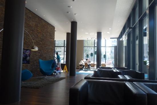 Motel One Dusseldorf Hbf : lobby
