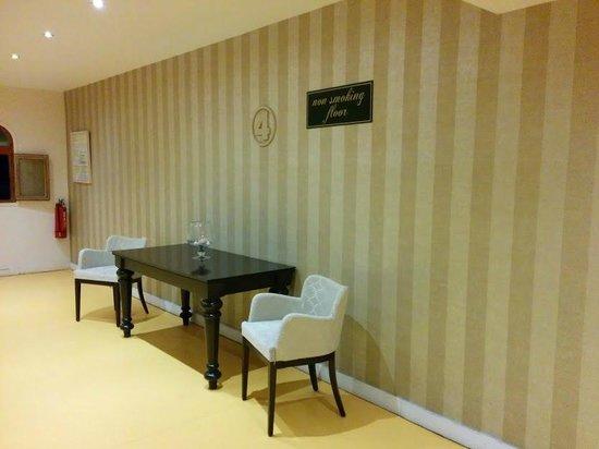 Theartemis Palace Hotel: Corridor decor