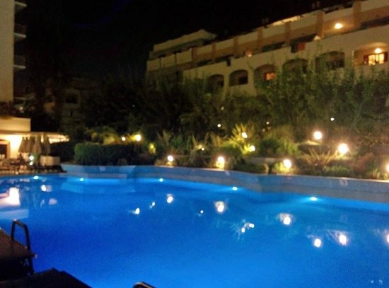 Theartemis Palace Hotel: Pool at night