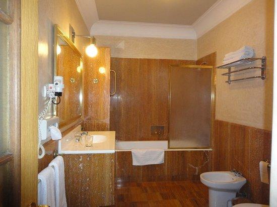 Hotel les Saisons: バスルーム