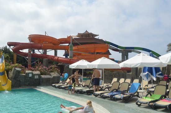 Royal Dragon Hotel : The aquapark very early in the morning