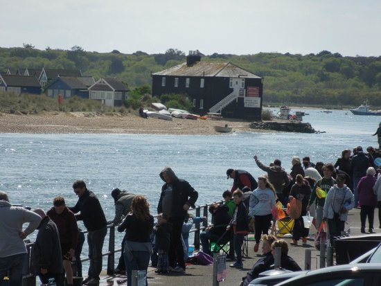 Highcliffe, UK: People enjoying the summer with a spot of Crabbing at Mudeford Quay