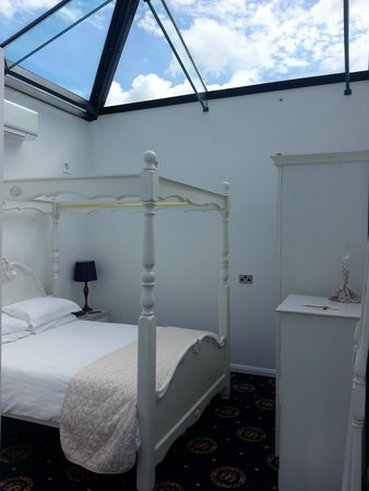 Santo's Higham Farm Hotel: Executive suite with glass roof