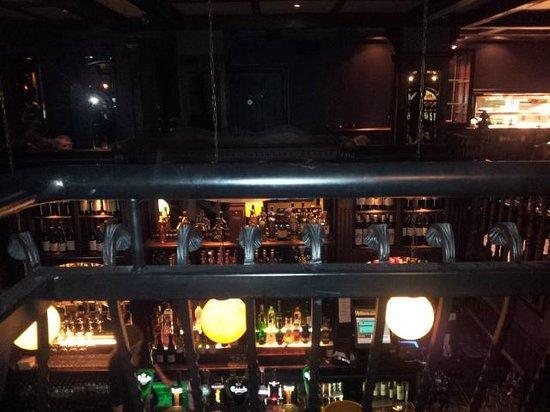 Tom Sheridan's Bar and Restaurant : vue du balcon le plus élevé sur le bar plus bas