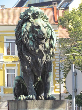 Budapest Hotel: Nearby Lion Bridge