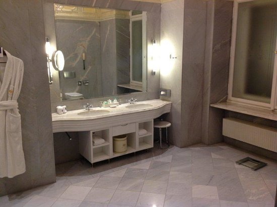 Hotel Imperial Vienna: Double Vanity about 5 Steps from the Door!