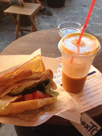 Lunch Box : Hot sandwich (turkey, tomato, lettuce) and large drink (carrot) €9.