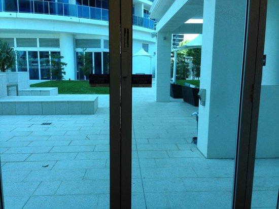 Hilton Surfers Paradise: Dangerous pool door