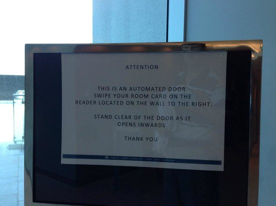 Hilton Surfers Paradise Hotel: Dangerous pool door