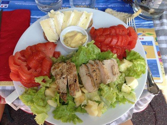 une assiette bien remplie une bonne salade picture of a la bonne franquette biarritz. Black Bedroom Furniture Sets. Home Design Ideas