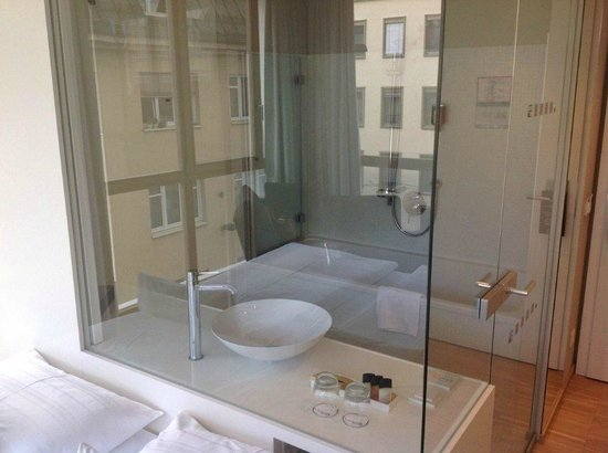 Hotel am Domplatz: Bathroom from bedroom