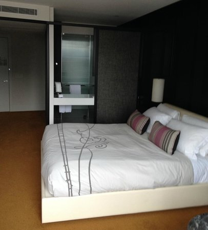 Crown Metropol Melbourne: Bed through to bathroom