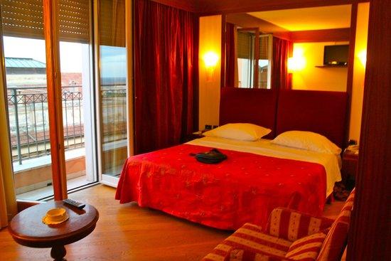 BEST WESTERN Hotel Nazionale : кровать и балкончик