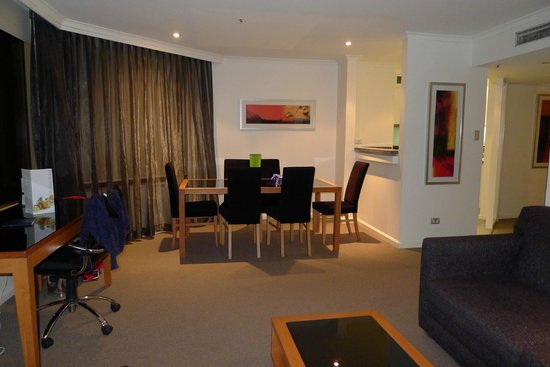 Quay West Suites Sydney: The Dining Area