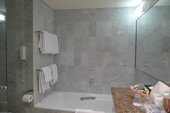 Quay West Suites Sydney : Bathroom (Ensuite to Main Room)
