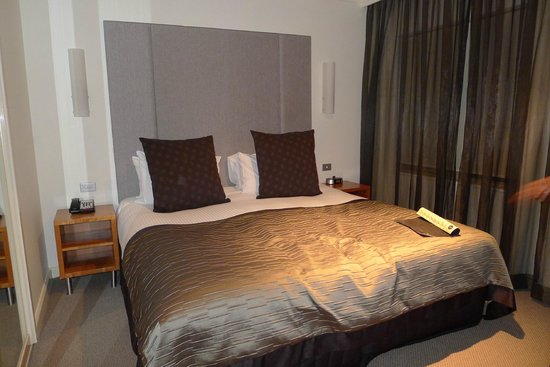 Quay West Suites Sydney : Main Bedroom