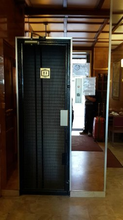 Terminus Orléans : Little lift can max to accomodate 2 pax