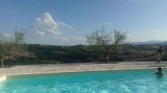 Colle San Giovanni: Vista dalla piscina sulle colline