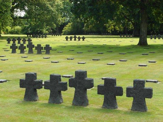 German Cemetery La Cambe : Sobrio ed austero