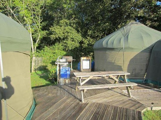 Stock Gaylard Yurts: Kitchen sink and dining area.