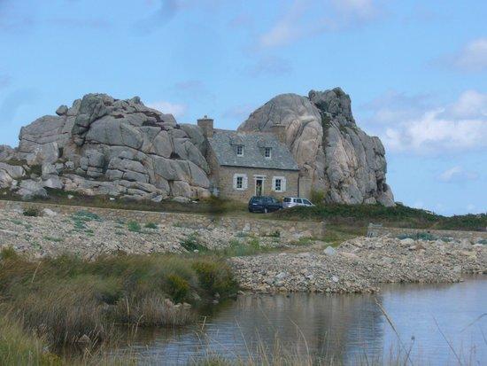 Cote de Granit Rose : La petit maison entre les rochers
