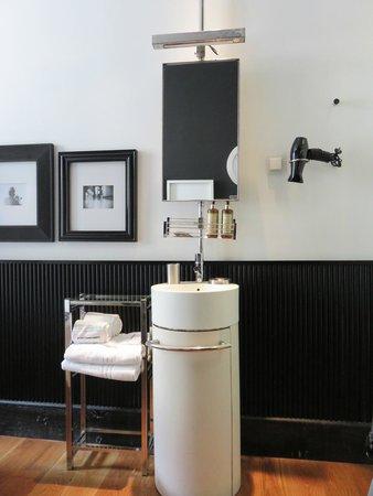 Brown's Boutique Hotel : Lavabo et mirroir accompagné de son ampoule à 1 journée